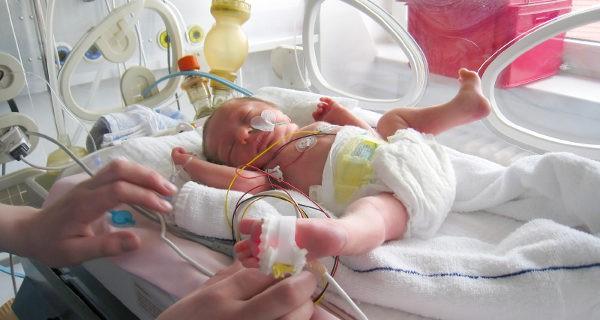bebé en la incuvadora