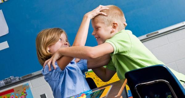 niños peleandose