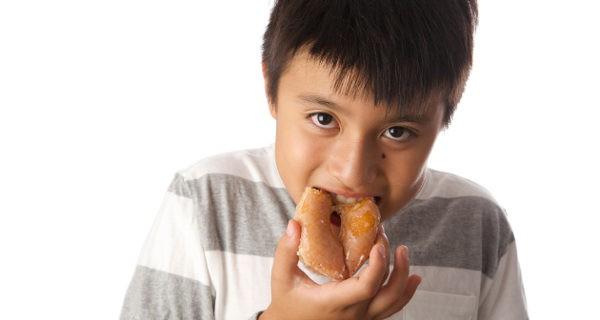 niño comiendo un donuts
