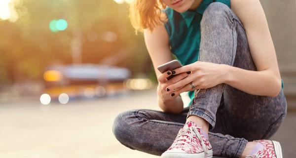 adolescente con un móvil