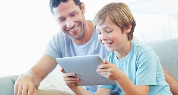 padre e hijo en el ordenador