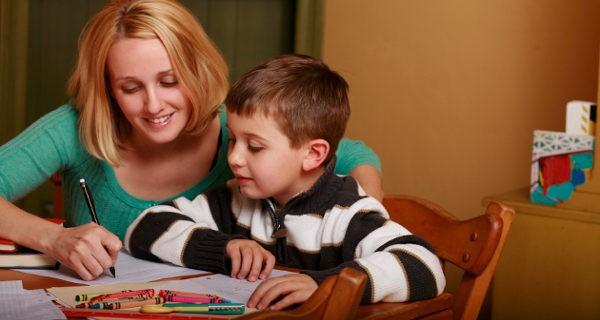 madre ayudando con los deberes al hijo