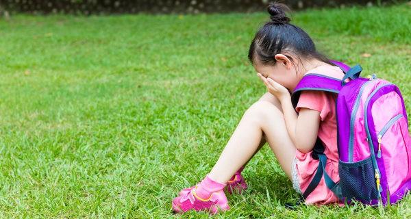 niña llorando en el colegio