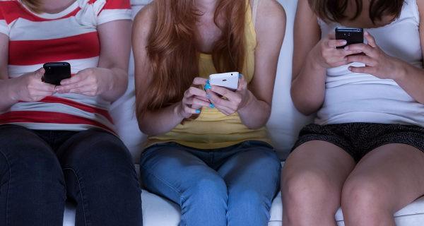 Jóvenes mirando el Whatsapp