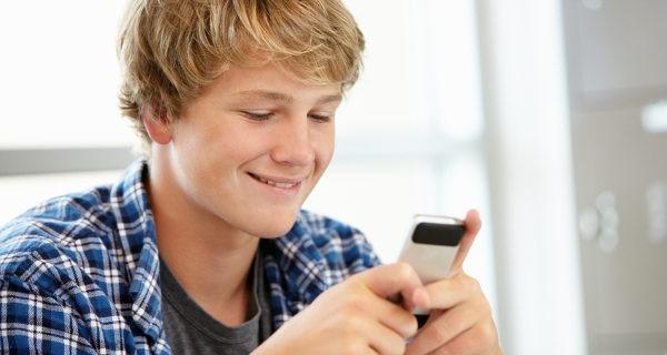 Niño utilizando el móvil