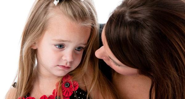 madre consolando a hija