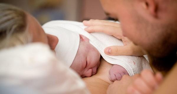madre y padre tras el parto