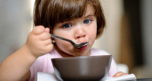 niña comiendo con la cuchara