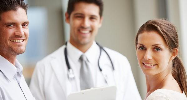 pareja hablando con el médico