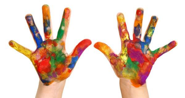 manos llenas de pintura