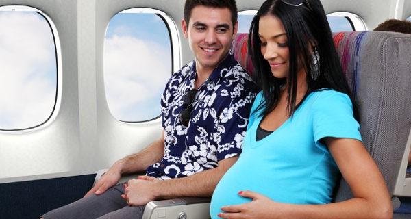 mujer embarazada viajando en avión