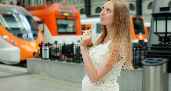 mujer embarazada viajando en tren