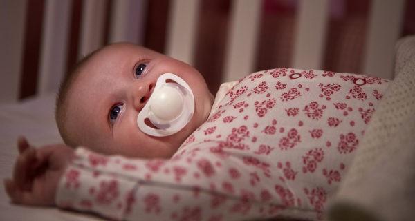 bebé en la cuna
