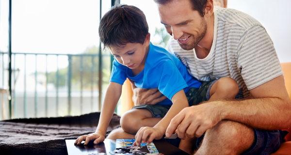 Padre e hijo haciendo un puzzle