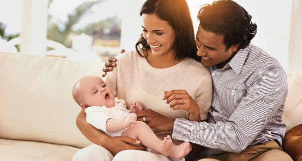 padres con hijo recien nacido
