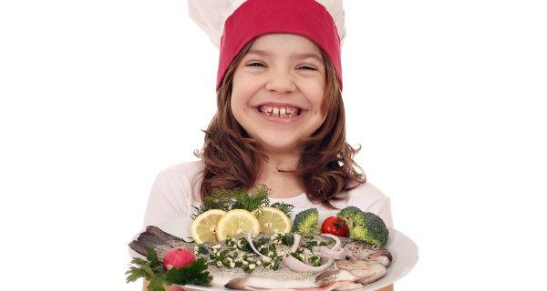 niña comiendo pescado azul