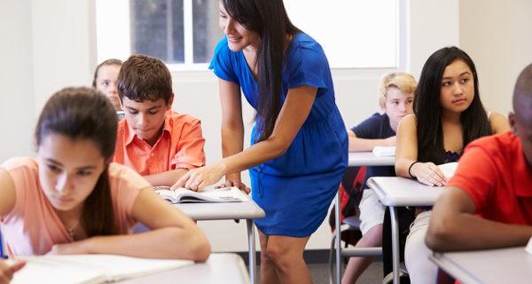 niñas trabajando juntas en clase