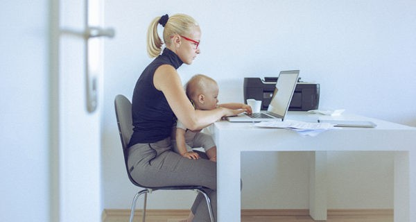 mujer trabajando con su bebé