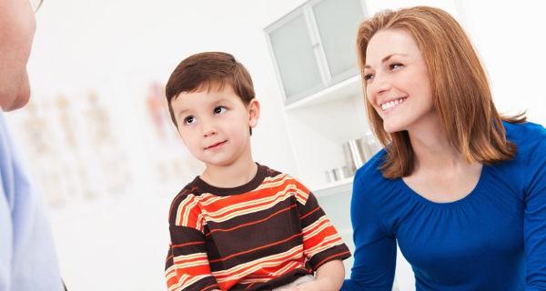 niño y madre en el médico