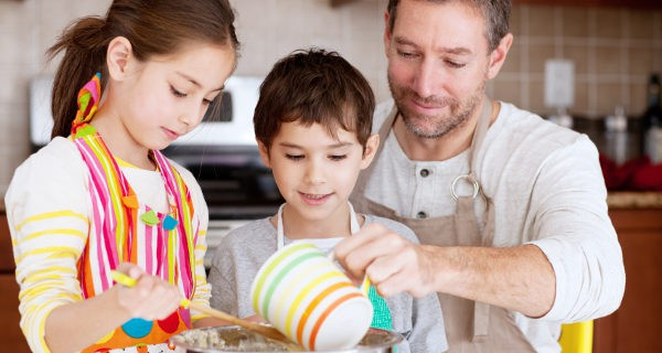 padre e hijos cocinando