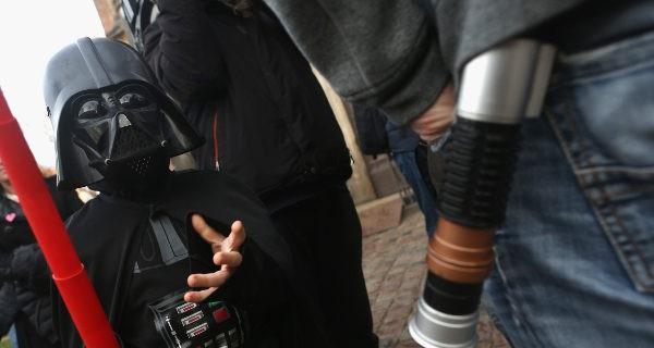 niño disfrazado de Darth Vader