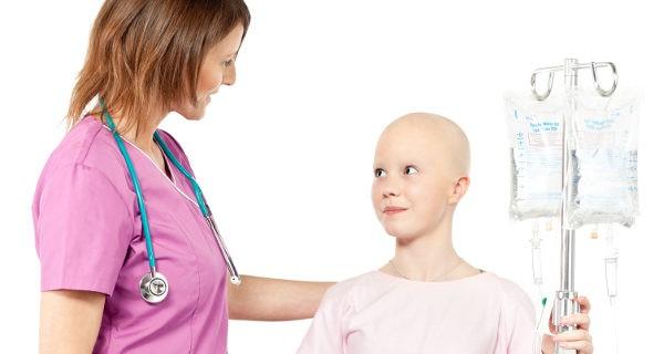 niña con cáncer en el hospital