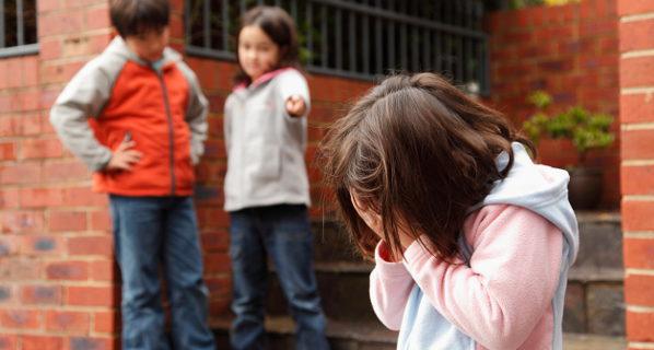 niños haciendo bullying