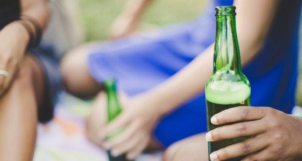 jóvenes bebiendo alcohol