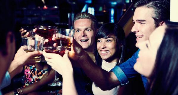 jóvenes tomadno copas de fiesta