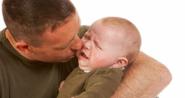 padre consolando a su bebé