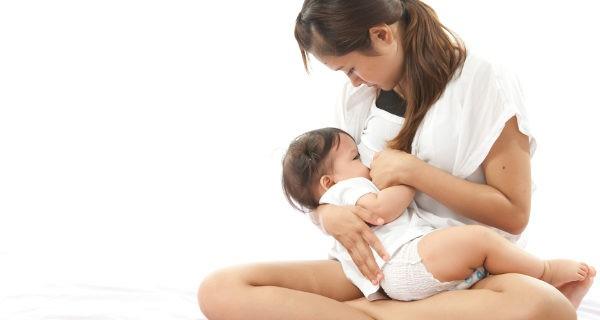 dando el pecho al bebé