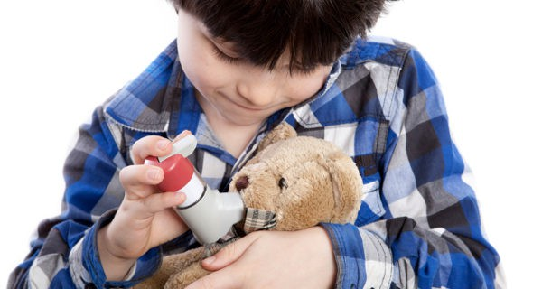 niño dando ventolín al muñeco
