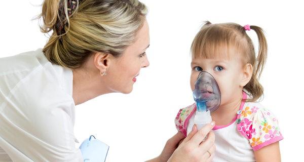 niña en el hospital con asma
