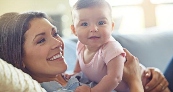 madre con bebé en el cuello