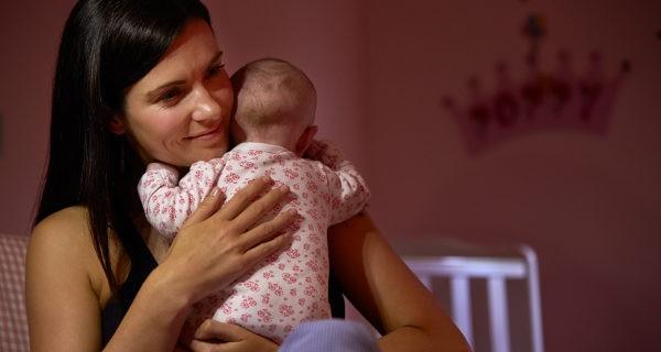 madre con recién nacido en brazos