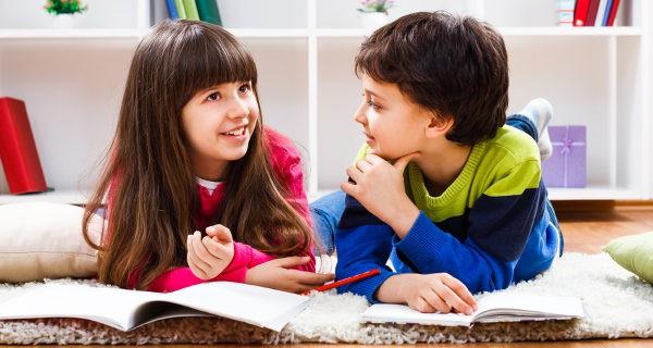 niño y niña hablando