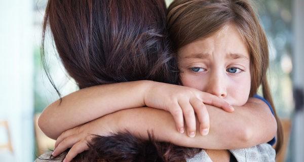 niña abrazada a su madre