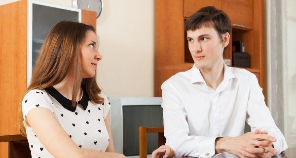 pareja hablando
