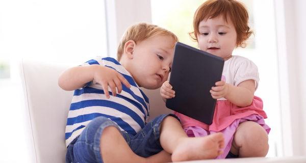 niños pequeños con una tablet