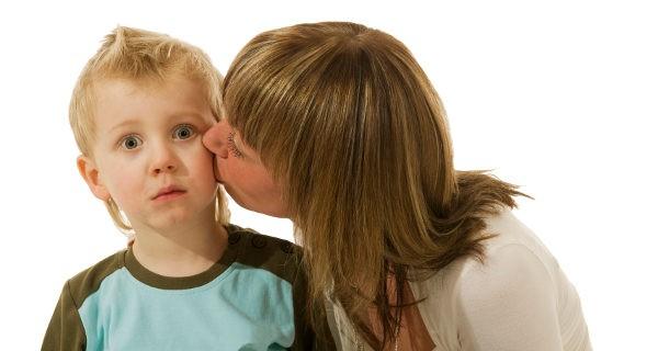 madre dando un beso a su hijo