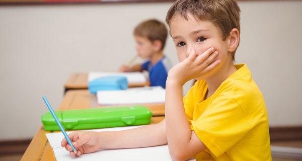niño distraído en clase
