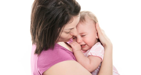 madre consolando a un bebé