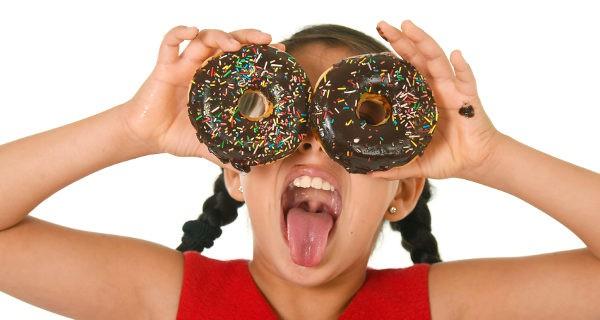 niña con donuts