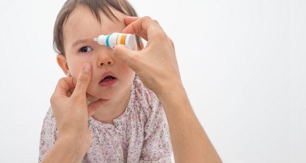 niña con conjuntivitis