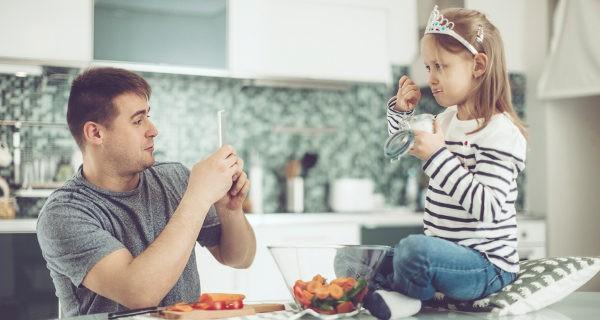 padre haciendo foto a su hija
