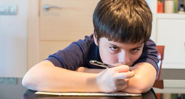 niño aburrido en clase