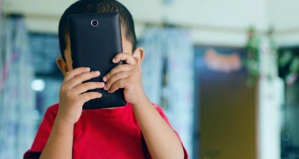 niño con un móvil