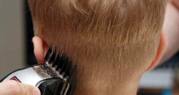 niño cortando el pelo