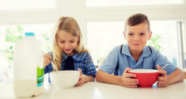 niños desayunando cereales