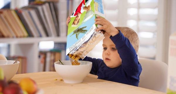 niño con cereales